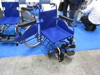両脇の車輪が開く車椅子(越後工業さん)